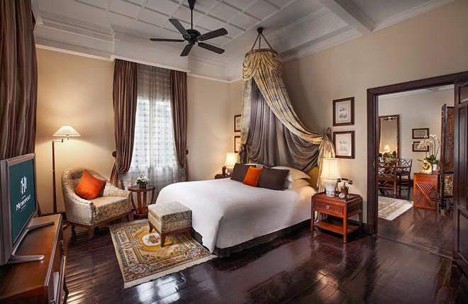Rèm vải 2 lớp khách sạn Sofitel Legend màu nâu đậm kết hợp với nội thất mang hơi hướm phương tây
