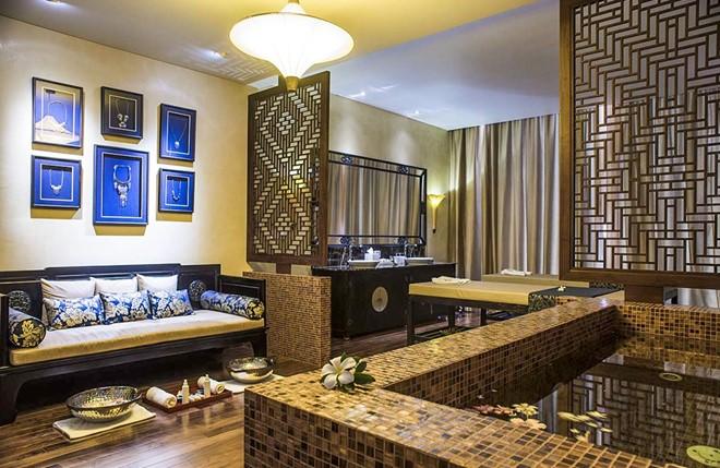 Rèm cửa buông đơn giản với tông màu xám hòa quyện với nội thất căn phòng của Salinda Resort